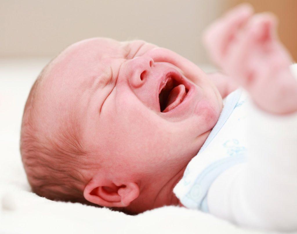 Вздутие живота у новорожденного: причины, лечение