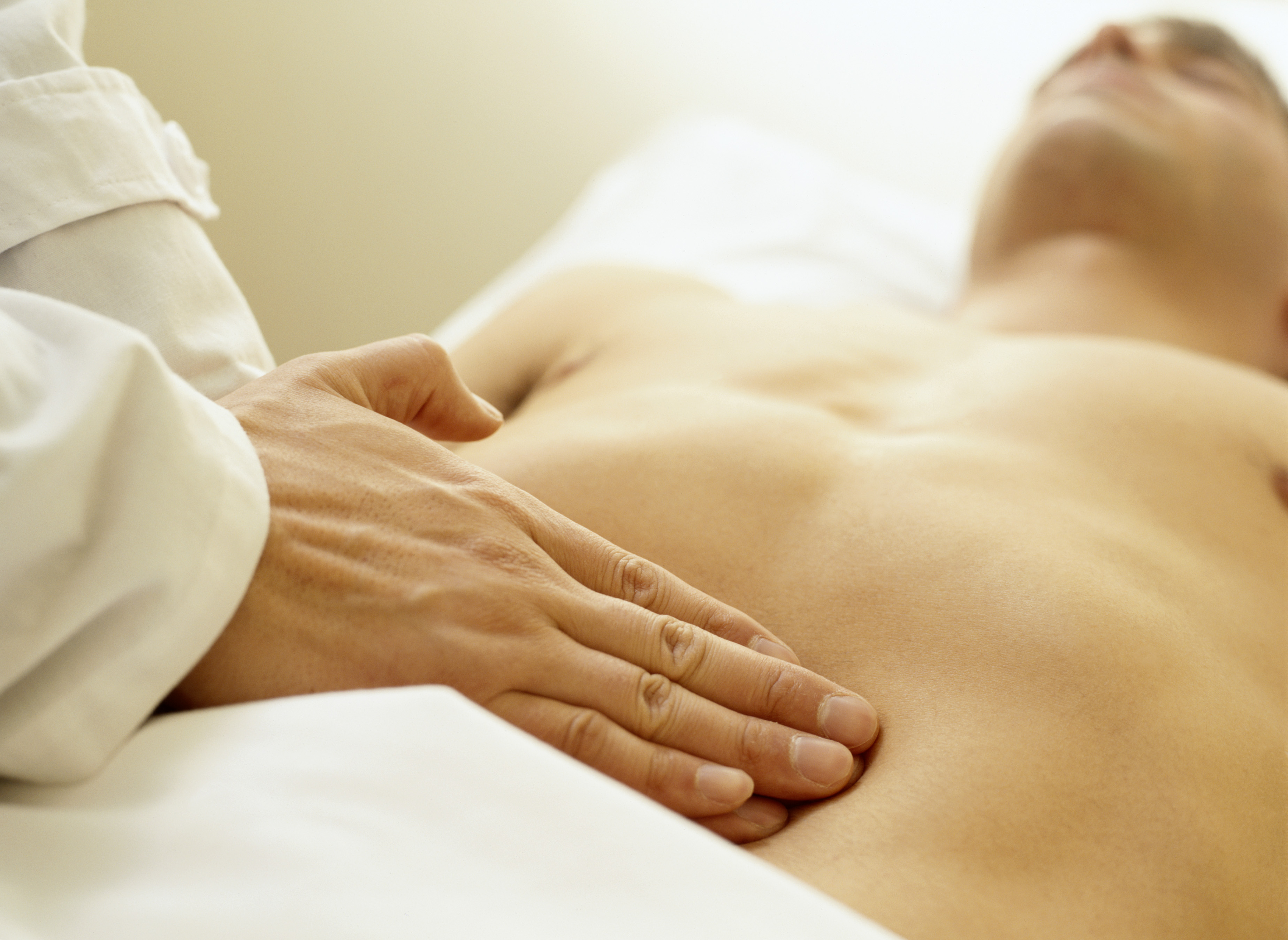 Боль в левом боку и вздутие живота: причины и лечение